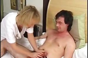 safada tira o pauzão do macho da cueca e pede