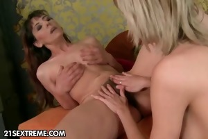 mature mom with unshaved muff fucks juvenile girl